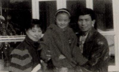 李富胜(右)是前八一队的著名门将,他有一个幸福的家庭。遗憾的是,他在两年前离开了人世。