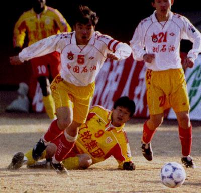 2001年的甲A联赛,八一队时任队长肖坚(图5号)突破沈阳金德前锋胡云峰的防守。