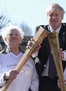百岁老人展示火炬