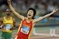 2004年:夺冠后刘翔在赛场上飞翔