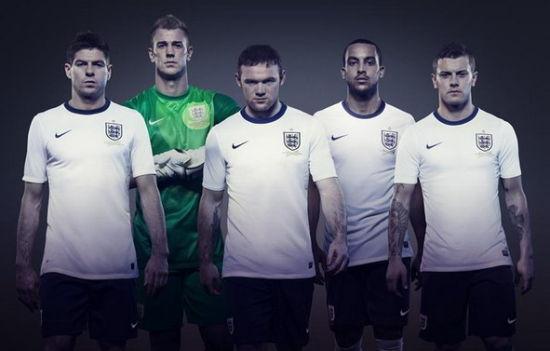 这款球衣简直就是抄袭昔日德国队(微博)的战袍,而英德两国一直是足球图片