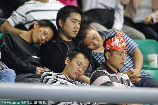男球迷昏睡不给力
