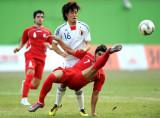 伊朗队球员门前解围
