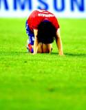 韩国球员跪地不起
