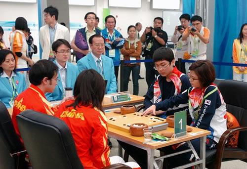 亚运会围棋混双决赛 中国组合谢赫/宋容慧(左)不敌韩国朴廷桓/李瑟娥