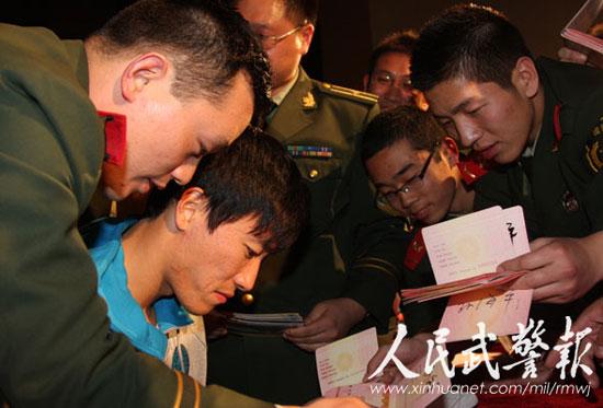 """""""翔飞人""""的到来受到了武警官兵的热烈欢迎。图片来源:人民武警报"""