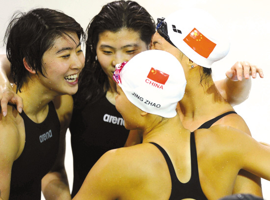 焦刘洋(左)和队友们庆祝夺冠 新华社照片