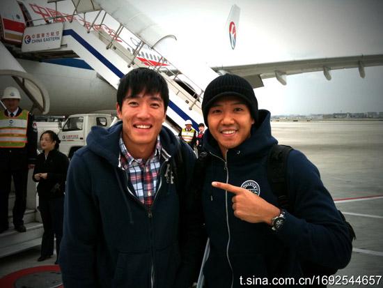 台湾艺人黑人陈建州与刘翔同机抵达,停机坪上合影