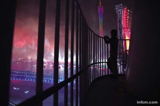 """""""烟花灿烂,让我们共同铭记今晚欢腾的中国!""""――""""文言版""""解说词。 (南方周末记者 王轶庶/图)"""