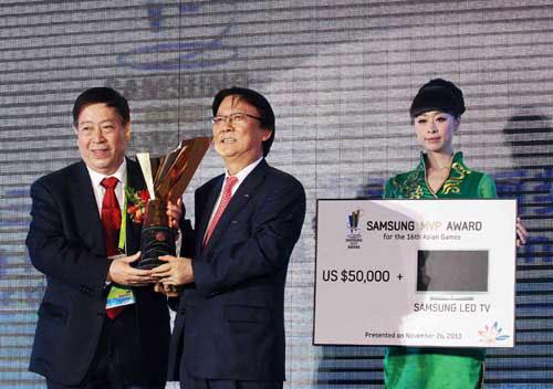 中国奥委会副秘书长刘宝利代林丹领奖