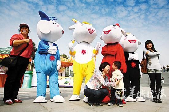 市民很喜爱亚运吉祥物。