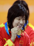 朱倩蔚展示金牌