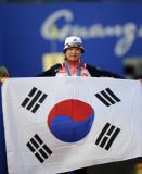 尹玉姬手持国旗