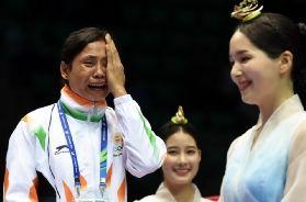 中印拳手不满判罚泪洒申诉无效印女将拒领铜牌