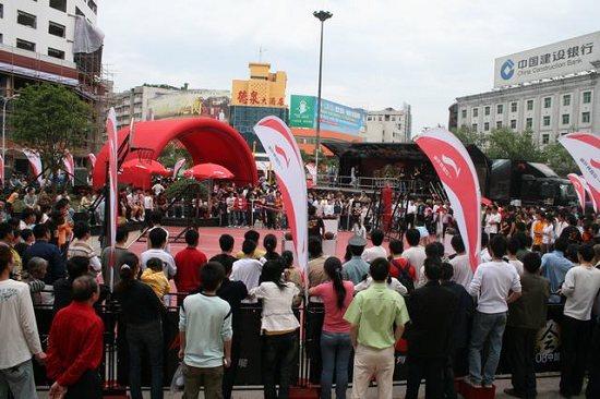 图文-李宁08之旅衡阳站花絮 篮球比赛的围观人群