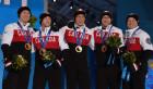 男子冰壶颁奖仪式 加拿大队上台领取金牌