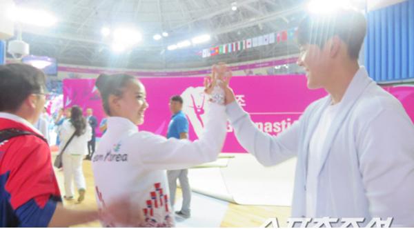 朴泰桓现身艺术体操赛场助威孙妍在
