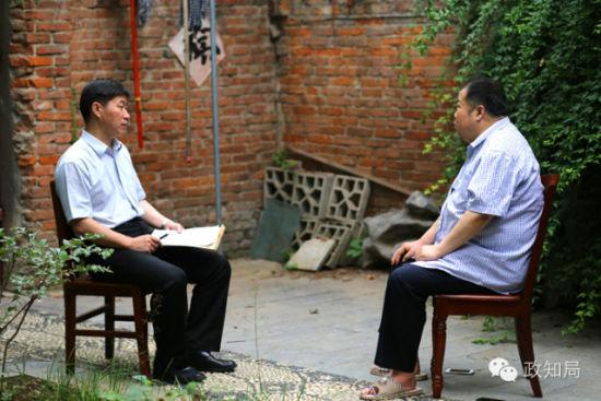 二月河接受采访,来访者向他请教的问题不仅涉及他擅长的历史文化领域,还有时下颇受关注的反腐话题。