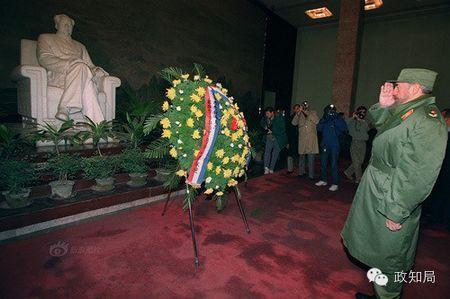 第一次到访中国时,卡斯特罗还以一种特别的方式见到了毛泽东。