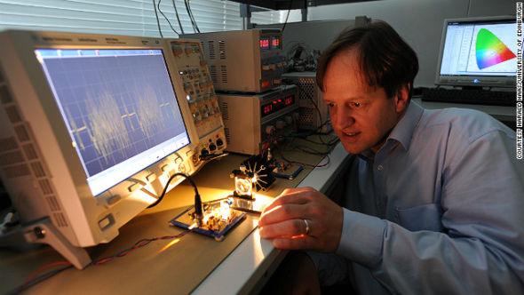 Li-Fi技术的发明者Herald Haas认为可见光频谱可以用来传输数据,由于可见光谱的频谱宽度比传统的射频频谱大得多,因此能够带来更高的带宽