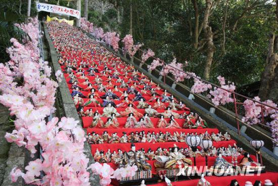 这是在日本的千叶县,人们将女儿节人偶摆放在街头作装饰,迎接女孩节的到来。