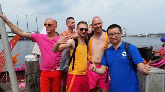 耿乐在荷兰的同志游行船只上。