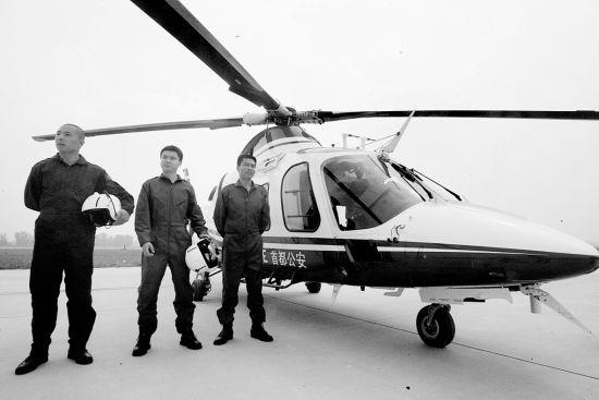 上午,警用直升机亮相并进行了飞行表演 摄/记者曹博远