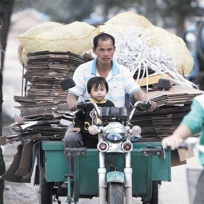 9月16日,付雪涵跟着爸爸回家。幼儿园被关停后,她每天跟着爸爸妈妈出门收废品。