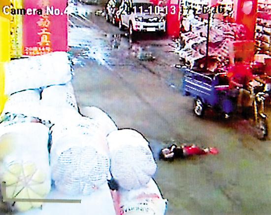 第二个人:摩托车男,小悦悦躺在其正前方,他往下看了一眼,一拐弯绕过伤者。