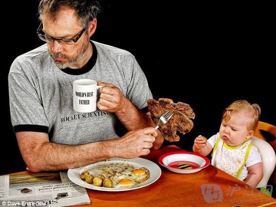 Alice看到她爸爸想和她分享晚餐的时候摆出了一副苦脸