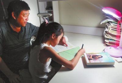夜晚只要没事,程大爷就坐在外孙女旁边,尽力帮她辅导功课。