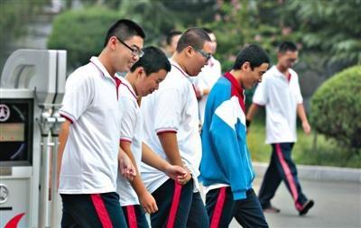 昨日,怀柔一中几名男生走出校门,头发都是板寸样式。该校规定发型不达标不能进校门