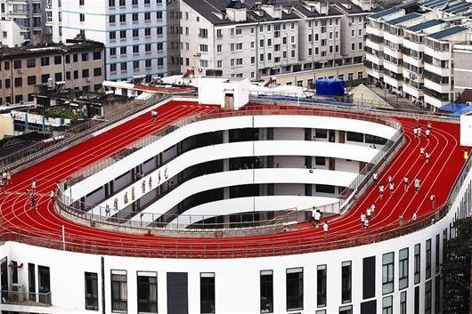 浙江天台赤城街道第二小学将操场搬到了楼顶上