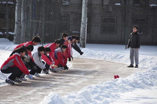 战东林,大兴一中体育教师。图为他和队员们进行冬训。
