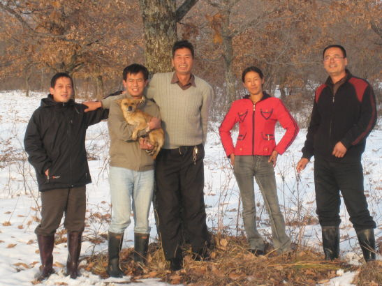 战东林(左二)跟学生家长合影。